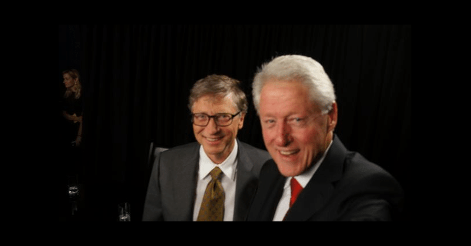 Nem os poderosos escapam das fotos selfies. O ex-presidente dos EUA Bill Clinton (à direita) postou uma foto com Bill Gates, da Microsoft, no Twitter. Os dois participaram do CGI (Clinton Global Initiative), um evento anual que discute questões ambientais