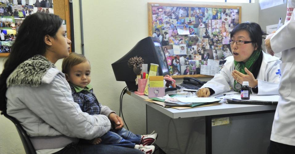 25.set.2013 - A médica argentina Marcela Chwe Steiger, primeira profissional estrangeira do Mais Médicos a receber o registro provisório no país, começou a atender nesta manhã em Porto Alegre. Segundo a Secretaria Municipal de Saúde, nesta semana Marcela vai se ambientar ao posto e realizar alguns atendimentos esporádicos
