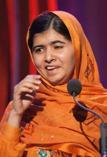"""25.set.2013 - A ativista paquistanesa Malala Yousafzai, 16, faz discurso nesta quarta-feira (25) após receber o prêmio """"Liderança na Sociedade Civil"""" em Nova Iorque (Estados Unidos). Malala foi atacada em outubro de 2012 com dois tiros pelos talibãs por defender em um blog o direito das meninas a receber educação. A foto foi disponibilizada nesta quinta-feira (26)"""