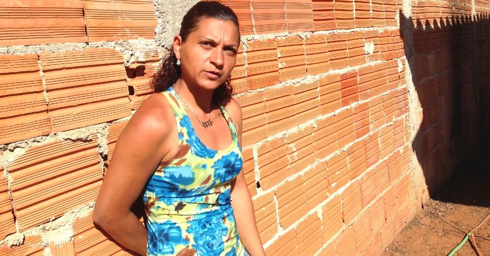 26.set.2013 - A cuidadora de idosos Meire Leite de Matos está com problemas em seu imóvel, construído pelo programa federal Minha, Casa, Minha Vida, em Uberlândia (MG)