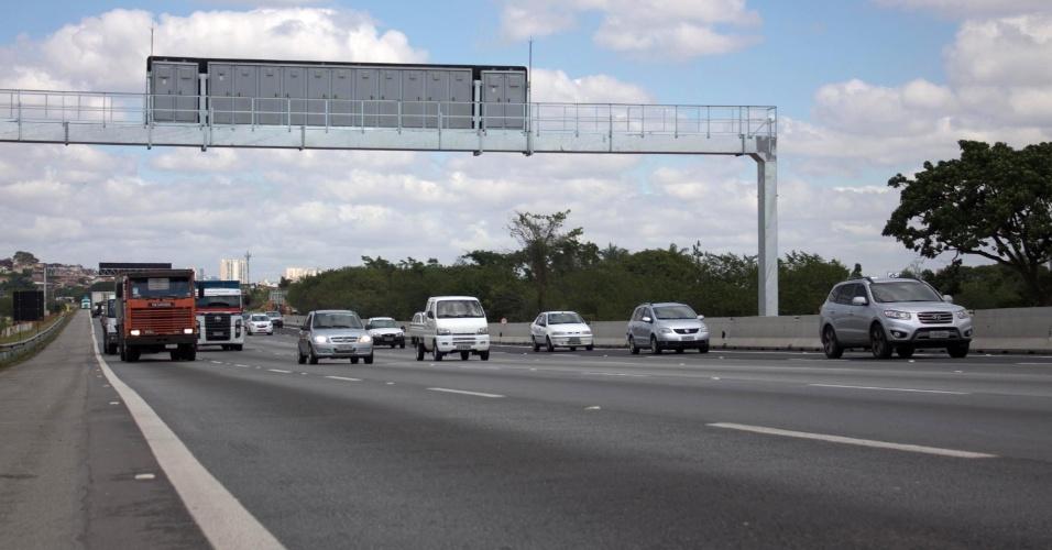26.set.2013 - A quinta faixa da rodovia Ayrton Senna (SP-070), no trecho entre o km 11 e o km 19, sentido interior, principal acesso para o aeroporto de Guarulhos, foi inaugurada nesta quinta-feira (26). A pista foi liberada para os carros por volta das 9h20. As obras, segundo o governo, custaram R$ 27,5 milhões e foram pagas pela Ecopistas, concessionária que administra a via, com o que é arrecadado no pedágio