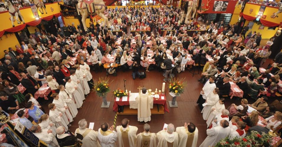 26.set.2013 - Centenas de pessoas participam da tradicional missa da Oktoberfest em Munique, na Alemanha