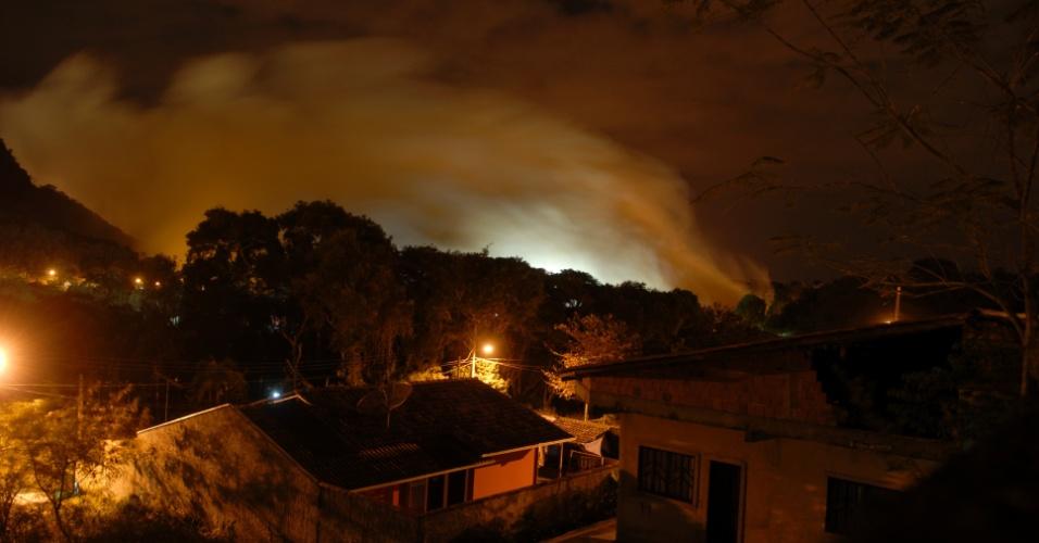26.set.2013 - Fumaça de incêndio de grandes proporções é fotografada em São Francisco do Sul (SC), na noite de quarta-feira (25). No final da noite de terça-feira (24), uma fábrica de fertilizantes explodiu. Milhares de pessoas deixaram a cidade por causa da fumaça tóxica. O Corpo de Bombeiros de Santa Catarina estima que será necessário mais um dia para controlar o incêndio, que já dura mais de 30 horas