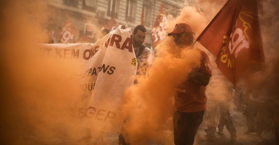 26.set.2013 - Funcionários da empresa química Kem One fazem protesto nas ruas de Lyon, na França. Os 1.300 funcionários da empresa, que foi à falência em 27 de março passado, deveriam ser informados sobre possíveis compradores e seus projetos de reestruturação da empresa, mas a Corte francesa adiou sua decisão para 12 de dezembro