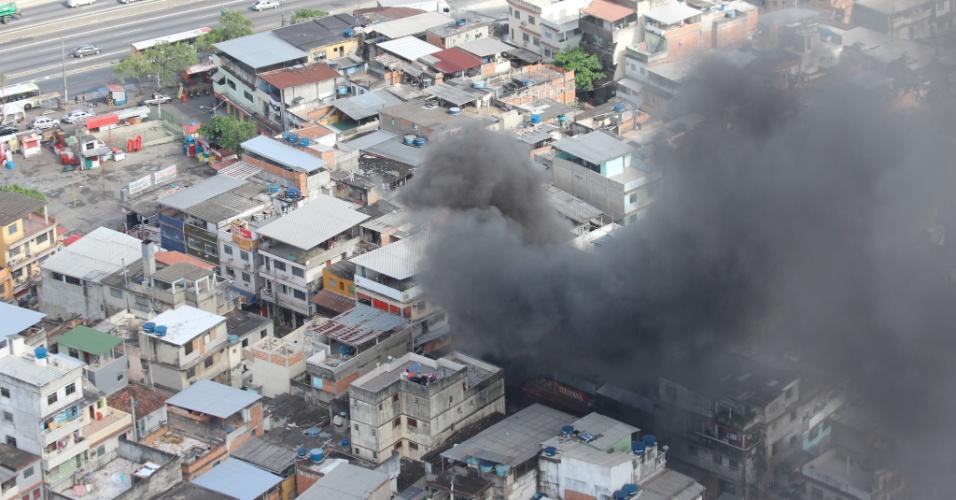 26.set.2013 - Incêndio destrói lojas em ponto comercial no complexo de favelas da Maré, em Bonsucesso, zona norte do Rio de Janeiro, na manhã desta quinta-feira (26). Não há informações sobre feridos
