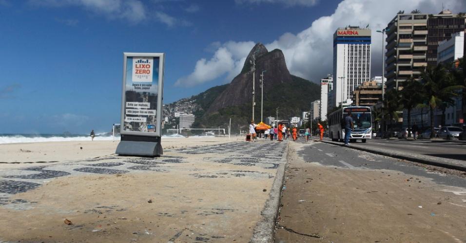 26.set.2013 - Mar agitado e ondas de até 3 metros faz com que areia invada o calçadão e a ciclovia da praia do Leblon, zona sul do Rio de Janeiro, na manhã desta quinta-feira (26)