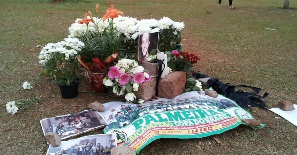 26.set.2013 - Memorial com fotos, velas e flores é feito em homenagem a estudante morto em festa na Unicamp, em Campinas (a 93 km de SP)