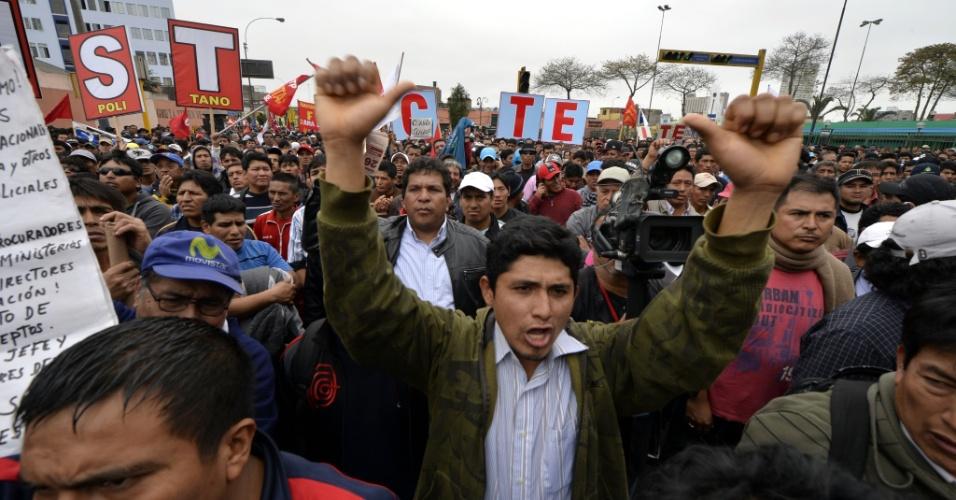 26.set.2013 - Milhares de pessoas participam de marcha organizada pela Confederação Geral de Trabalhadores do Peru no centro de Lima, em protesto contra medidas econômicas do governo peruano