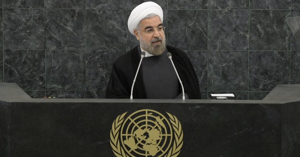 """26.set.2013 - O presidente iraniano, Hassan Rouhani, discursa durante reunião na ONU sobre desarmamento nuclear, como parte da programação da 68ª Assembléia Geral, em Nova York. Ele defendeu a eliminação total das armas nucleares do mundo em cinco anos. """"Nenhuma nação deveria ter armas nucleares"""", afirmou"""