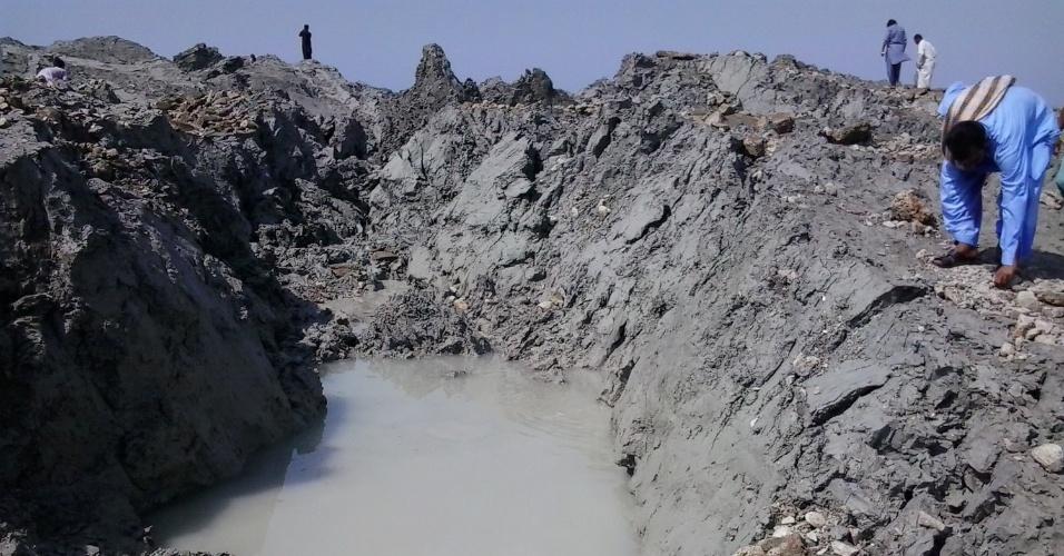 26.set.2013 - Paquistaneses andam em ilha que emergiu a 200 metros da costa após terremoto que matou mais de 300 pessoas no Paquistão. A foto, tirada nesta quarta-feira (25), foi disponibilizada nesta quinta-feira (26)