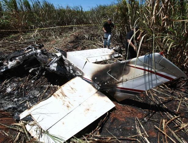 Aeronave de pequeno porte explodiu ao tentar arremeter e fugir do cerco da Polícia Federal na noite desta quarta-feira (25)  - Edson Silva /Folhapress