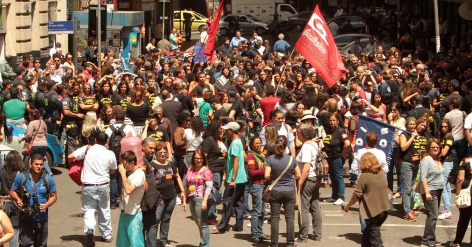 26.set.2013 - Professores da rede municipal de ensino protestam na entrada da Câmara Municipal do Rio de Janeiro contra a distribuição antecipada de senhas para a votação do plano de cargos e salários, nesta quinta-feira (26)