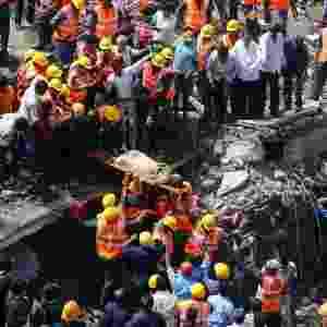 27.set.2013 - Bombeiros resgatam sobrevivente nesta quinta-feira (27) em prédio de cinco andares que desabou em Mumbai (Índia) - Danish Siddiqui/Reuters