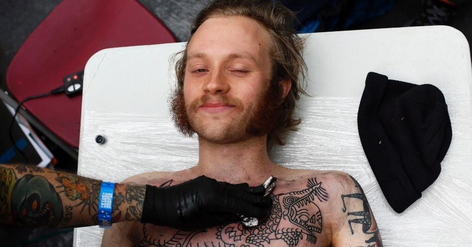 27.set.2013 - Emil é tatuado pelo artista Deno durante a 9ª Convenção Londrina Internacional de Tatuagem, em Londres, nesta sexta-feira (27)