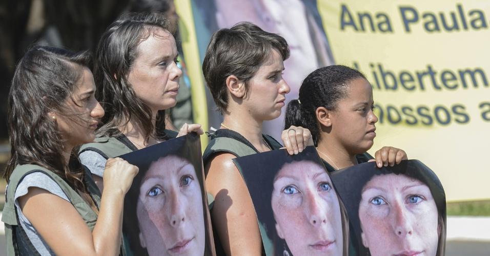 27.set.2013 - Greenpeace faz ato de solidariedade, em frente à Embaixada da Rússia, em Brasília, pelos 30 ativistas que estão sob custódia das autoridades russas. A bióloga brasileira Ana Paula Maciel, de 31 anos, está entre o time de ativistas que estão em prisão provisória depois de realizarem um protesto pacífico contra a exploração de petróleo no Ártico