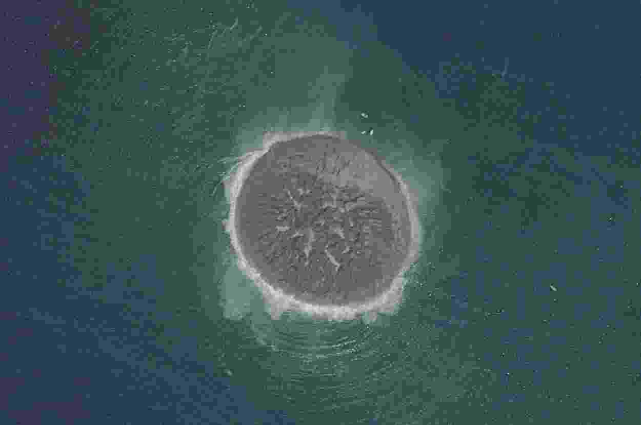 27.set.2013 - Imagem do espaço feita pelo satélite Plêiades mostra a pequena ilha de lama e rocha criada após o grande terremoto que atingiu o sudoeste do Paquistão. A ilhota chama atenção dos habitantes locais, mas especialistas - que encontraram gás metano saindo dela - dizem que ela deverá durar pouco tempo - Reuters/CNES