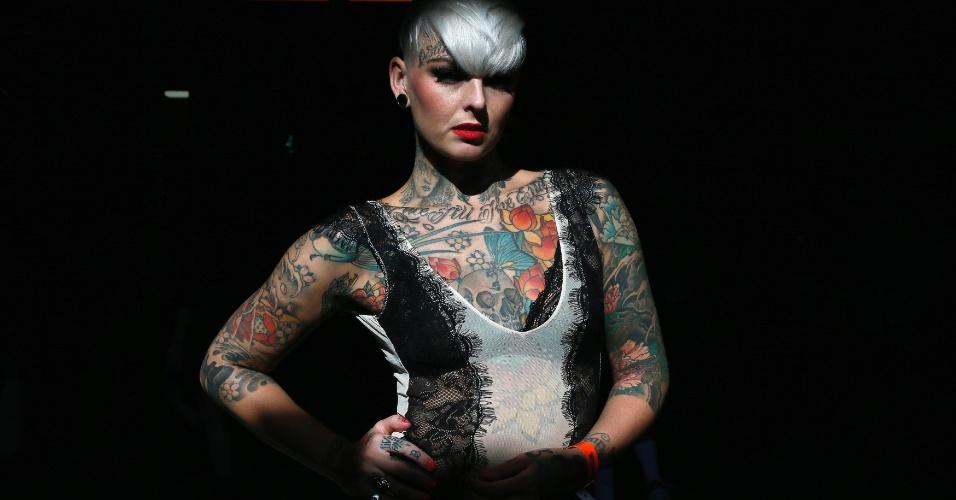 27.set.2013 - Jade Allison mostra as tatuagens que tem durante a 9ª Convenção Londrina Internacional de Tatuagem, em Londres, nesta sexta-feira (27)