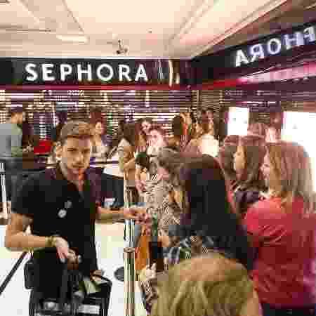 Clientes esperam abertura da loja Sephora, no shopping Pátio Paulista - Rodrigo Capote/UOL
