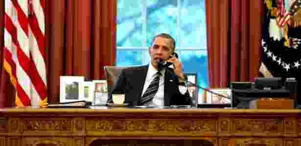 Barack Obama conversa com o presidente iraniano Hassan Rowhani no salão oval da Casa Branca. O telefonema marca uma aproximação histórica entre os países - Pete House/Casa Branca