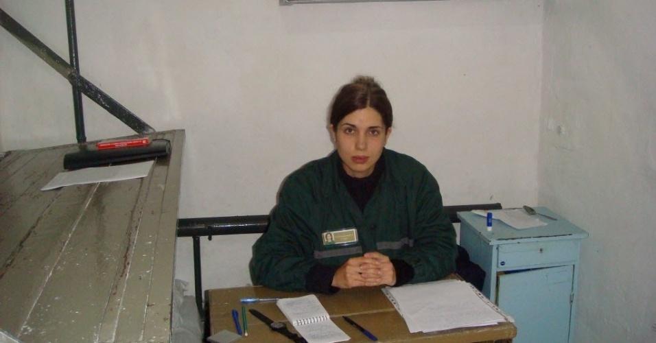 28.set.2013 - Em imagem tirada no dia 25 de setembro e divulgada neste sábado (28), Nadezhda Tolokonnikova,  integrante do grupo punk Pussy Riot, aparece em prisão na vila de Partza. Ela foi transferida na última sexta-feira (27) para a ala médica do presídio, por apresentar piora em seu estado de saúde, após cinco dias em greve de fome