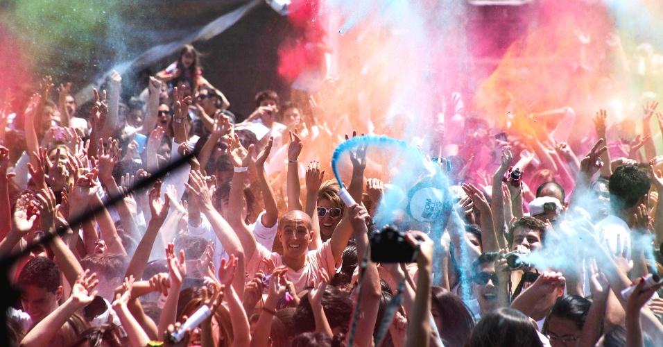 28.set.2013 - Grupo celebra o Holi Festival das Cores realizado na manhã deste sábado (28), no parque Villa-Lobos, em São Paulo. O evento, inspirado nas tradições do hinduísmo, celebra a chegada da primavera