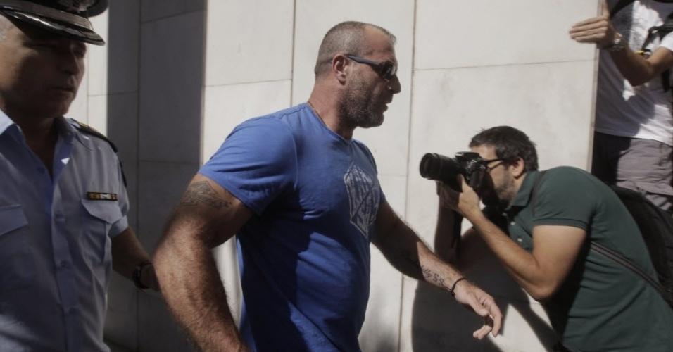 28.set.2013 - O líder do Amanhecer Dourado, partido de extrema direita da Grécia, o ex-militar Nikolaos Mihos foi detido neste sábado (28) pela polícia pelo suposto envolvimento na morte do cantor de hip-hop e ativista Pavlos Fyssas, assassinado na semana passada