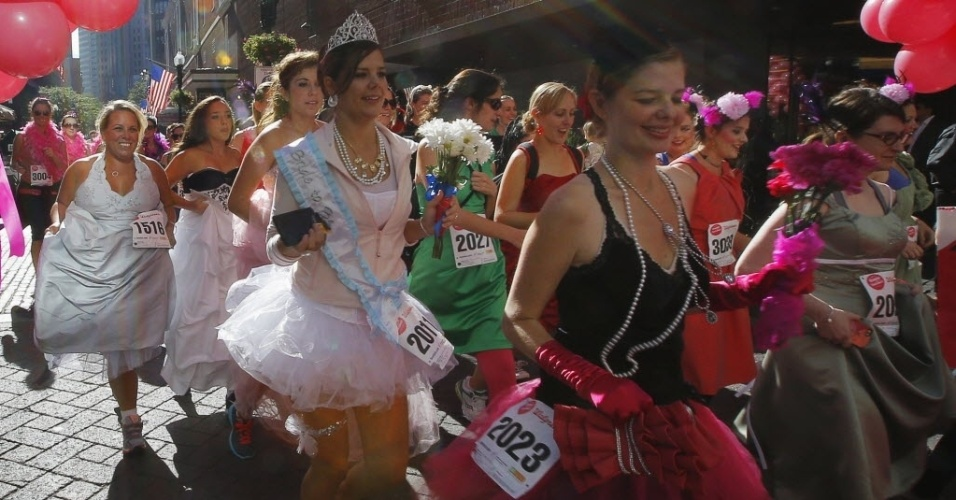 28.set.2013 - Participantes correm com vestidos de damas de honra. A prova acontece anualmente em Boston, nos Estados Unidos, e as concorrentes arrecadam doações para a Big Sister Association, instituição que apoia jovens estudantes