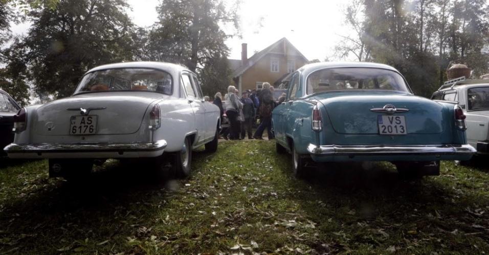 28.set.2013 - Relíquias da União Soviética, dois carros Volga são expostos em encontro de colecionadores de veículos que acontece neste sábado (28) na Lituânia. Cerca de 30 automóveis fabricados entre as décadas de 1950 e 1970 pelas antigas repúblicas socialistas do Leste Europeu viajaram da capital letã, Riga, até a cidade de Turaida