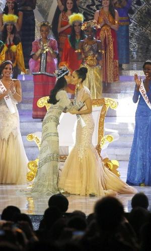 28.set.2013 - A chinesa Wenxia Yu (esquerda), ganhadora do Miss Mundo 2012, parabeniza Megan Young (direita) por ter sido a vencedora do concurso neste ano