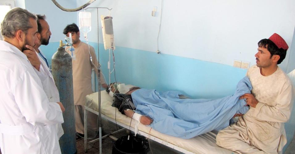 28.set.2013 - Afegão ferido depois que uma bomba atingiu um ônibus recebe tratamento médico em Day Yak, na província de Ghazni (Afeganistão)