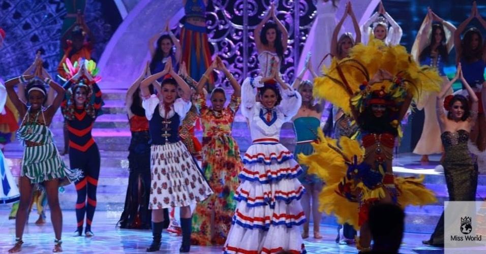 28.set.2013 - Candidatas ao Miss Mundo fazem performance em que mostram vários de danças do mundo. Realizado em Bali (Indonésia), a edição de 2013 do concurso conta com 127 candidatas ao posto de mulher mais bonita
