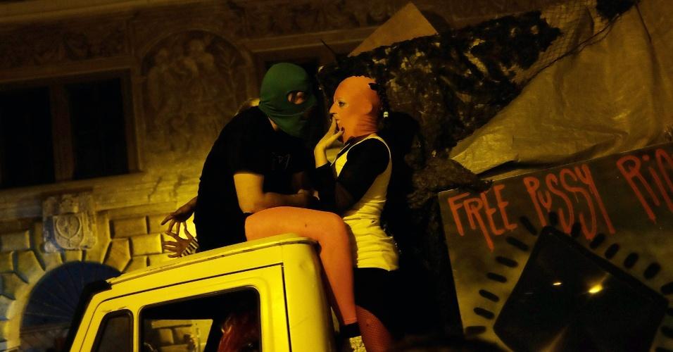"""28.set.2013 - Fãs do """"Pussy Riot"""" participam ade protesto realizado em frente à embaixada russa de Praga, República Checa, em apoio a uma das integrantes do grupo presa na Rússia"""