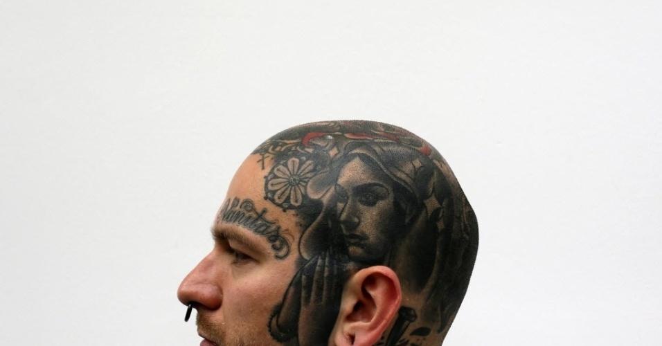28.set.2013 - Homem exibe tatuagens na cabeça durante 9ª Convenção Internacional de Tatuagem em Londres. O evento reúne cerca de 300 artistas