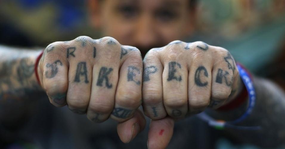28.set.2013 - Homem exibe tatuagens nos dedos das mãos durante 9ª Convenção Internacional de Tatuagem em Londres. O evento reúne cerca de 300 artistas