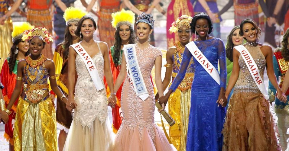 28.set.2013 - Marine Lorphelin (Miss França), Megan Young (vencedora do Miss Mundo 2013) e Carranzar Naa Okailer (Miss Gana) se apresentam no palco após o fim do concurso de beleza. A candidata francesa ficou em 2º lugar, enquanto a africana ficou em 3º
