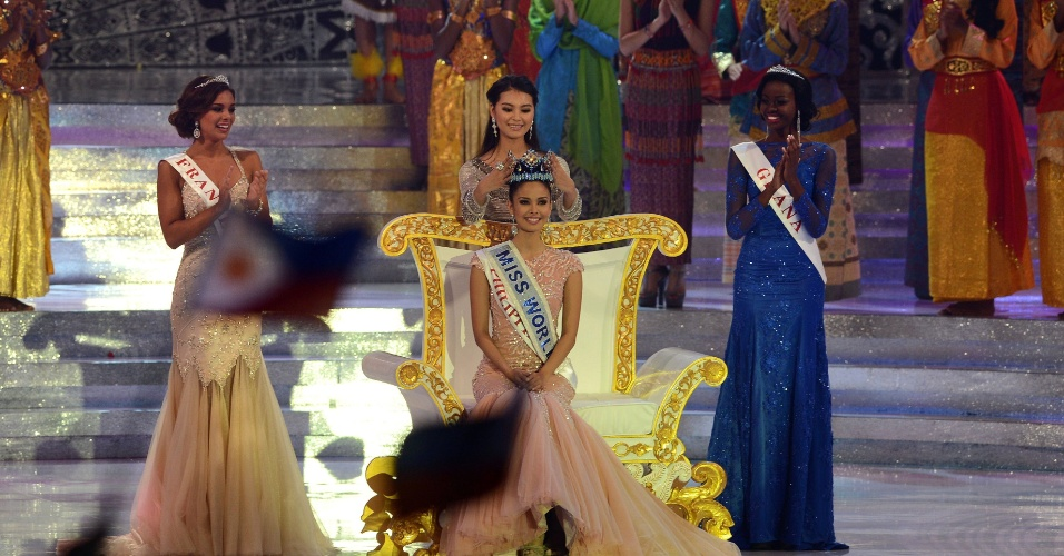 28.set.2013 - Megan Young (centro), das Filipinas, foi eleita Miss Mundo 2013 em evento realizado em Bali, na Indonésia. A vencedora recebeu a coroa da chinesa Wenxia Yu, que ganhou o concurso em 2012