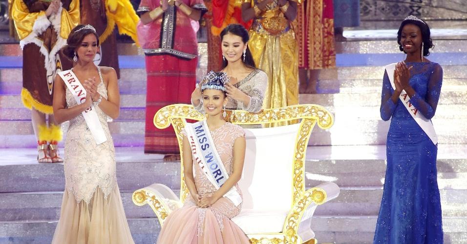 28.set.2013 - Megan Young, das Filipinas, é coroada Miss Mundo 2013 durante evento realizado em Bali, na Indonésia. Ela recebeu a coroa de Yu Wenxia, a ganhadora do concurso em 2012