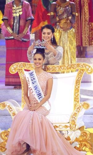28.set.2013 - Megan Young, das Filipinas, é coroada Miss Mundo 2013 por Wenxia Yu, a ganhadora do concurso em 2012. Realizado em Bali (Indonésia), o certame reúne 127 candidatas de várias partes do mundo. A brasileira Sancler Frantz ficou entre as seis finalistas do concurso