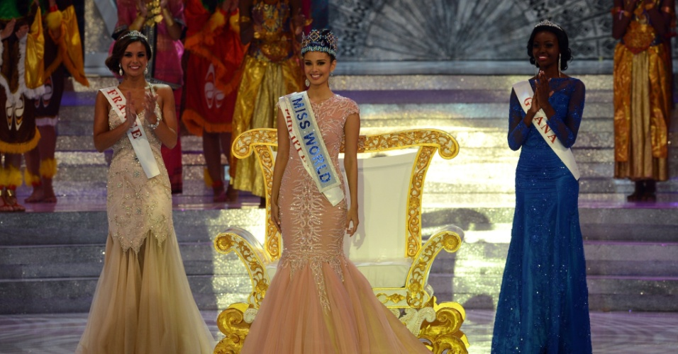28.set.2013 - Megan Young, das Filipinas, foi eleita Miss Mundo 2013 após superar mais de cem candidatas de várias partes do mundo. À esquerda, a francesa Marine Lorphelin (que ficou em segundo lugar) e, em terceiro ficou a ganense Carranza Naa Okailey Shooter (direita). A brasileira Sancler Frantz ficou entre as seis finalistas do concurso