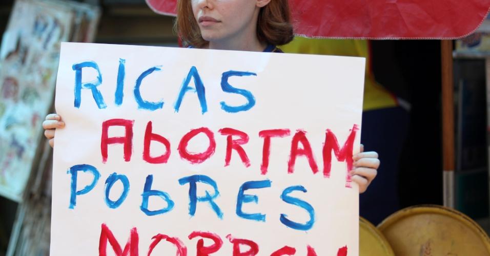 28.set.2013 - Mulher exibe cartaz de protesto durante a Marcha das Vadias realizada pela primeira vez pelas ruas do centro de Ribeirão Preto, no interior de São Paulo. As manifestantes reivindicam ainda políticas públicas de combate à violência contra a mulher
