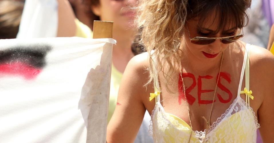 28.set.2013 - Mulher pede respeito durante a Marcha das Vadias realizada pela primeira vez pelas ruas do centro de Ribeirão Preto, no interior de São Paulo. As manifestantes reivindicam ainda políticas públicas de combate à violência contra a mulher