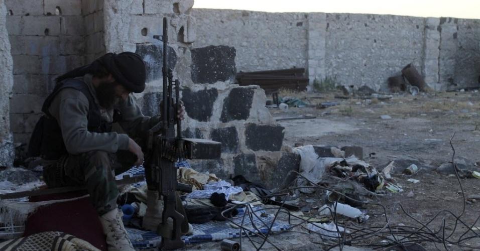 28.set.2013 - Rebelde sírio monta guarda em subúrbio da cidade de Aleppo, em foto tirada no última dia 25 e divulgada neste sábado (28). Na última sexta-feira (27), o Conselho de Segurança das Nações Unidas pediu a eliminação de armas químicas do país e endossou um plano diplomático para o processo de paz