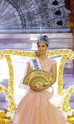 28.set.2013 - Recém-coroada Miss Mundo 2013, Megan Young, das Filipinas, acena para o público durante o fim do concurso realizado em Bali, na Indonésia. Megan foi escolhida entre 126 candidatas de várias partes do mundo