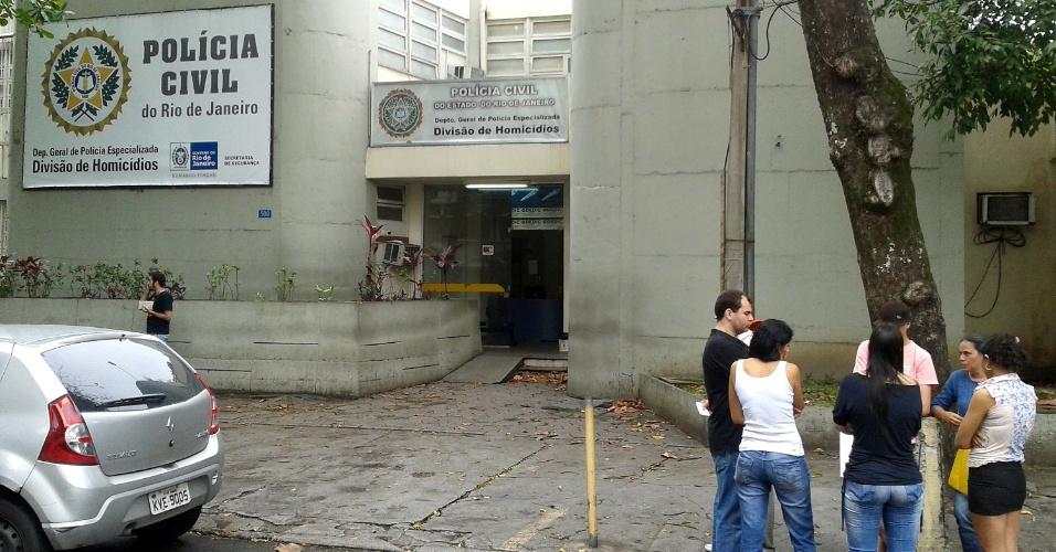 29.set.2013 - Parentes de Rebeca Miranda Carvalho dos Santos, 9, vão ao Departamento Geral de Polícia Especializada, no Rio de Janeiro, neste domingo (29). A menina foi encontrada morta em um terreno baldio a cerca de cem metros da sede da UPP (Unidade de Polícia Pacificadora) da Rocinha. A menina desapareceu na noite do último sábado (28), durante uma festa