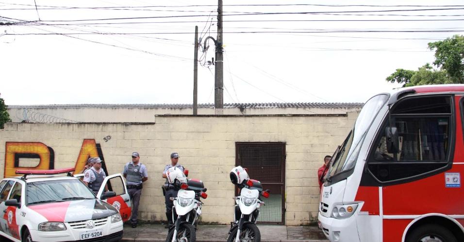 29.set.2013 - Um policial militar é suspeito de matar o filho após uma briga, na região de Cidade Líder, zona leste de São Paulo (SP), neste domingo (29). O rapaz e seu pai teriam discutido e os vizinhos ouviram três disparos. A mãe tentou apartar a briga e acabou levando um tiro de raspão na mão. O PM foi encaminhado ao 53º DP, onde presta depoimento, e a mãe foi levada ao hospital Santa Marcelina
