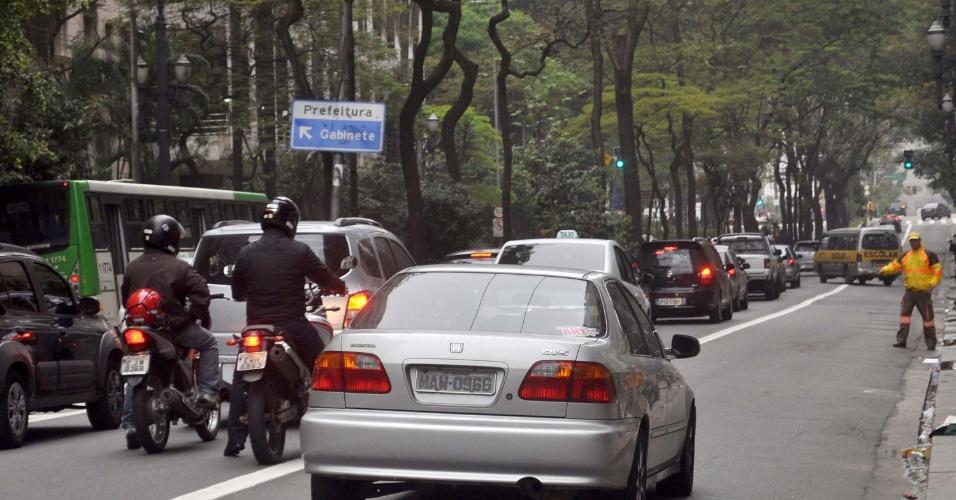 30.set.2013 - Agentes da CET (Companhia de Engenharia de Tráfego) orientam trânsito durante primeiro dia da faixa exclusiva para ônibus na avenida São Luis, na região central de São Paulo, na manhã desta segunda-feira (30)