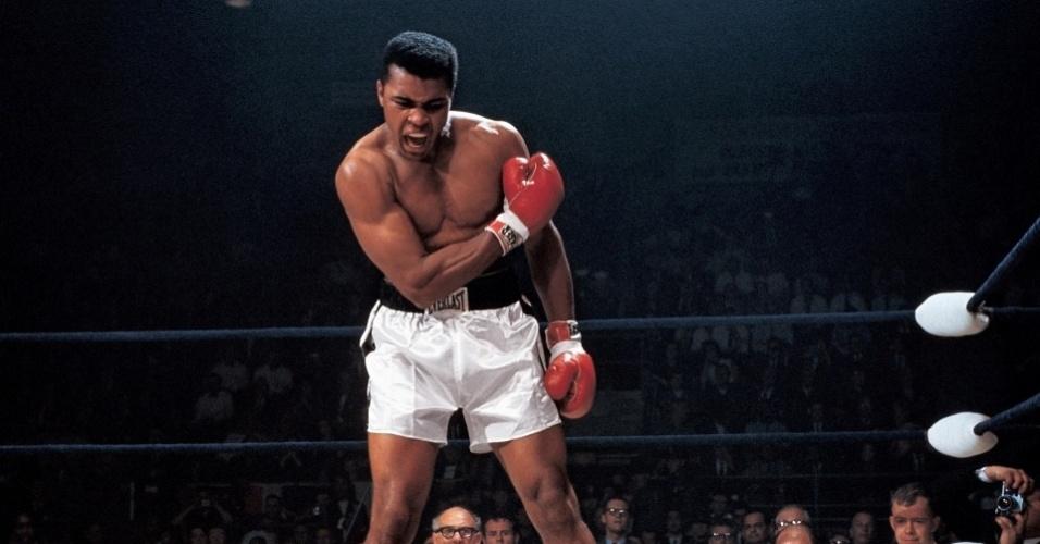 30.set.2013 - Ainda que muitos acreditem que a queda de Sonny Liston em uma luta com Muhammad Ali tenha sido armada, Neil Leifer --considerado um dos melhores fotógrafos do mundo esportivo-- conseguiu registrar o exato momento durante uma disputa em Lewiston, Maine (EUA). Segundo Leifer, ele contou com a sorte para fazer a imagem, já que estava em um lugar privilegiado