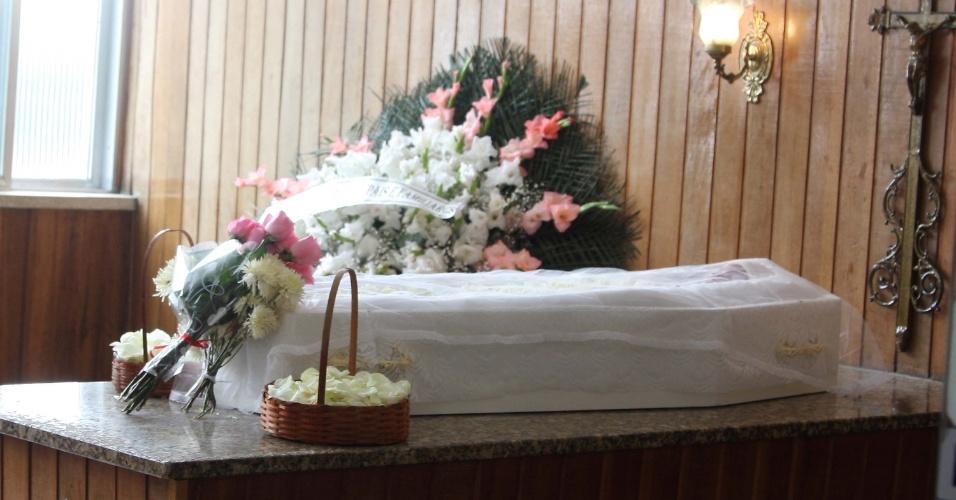 30.set.2013 - O funeral de Rebeca Miranda Carvalho, 9, que foi encontrada morta por policiais da UPP (Unidade de Polícia Pacificadora) em um terreno baldio na Rocinha com sinais aparentes de estupro e estrangulamento, é realizado no cemitério São João Batista, em Botafogo no Rio de Janeiro, na manhã desta segunda-feira (30). O caso está sendo investigado pela Divisão de Homicídios