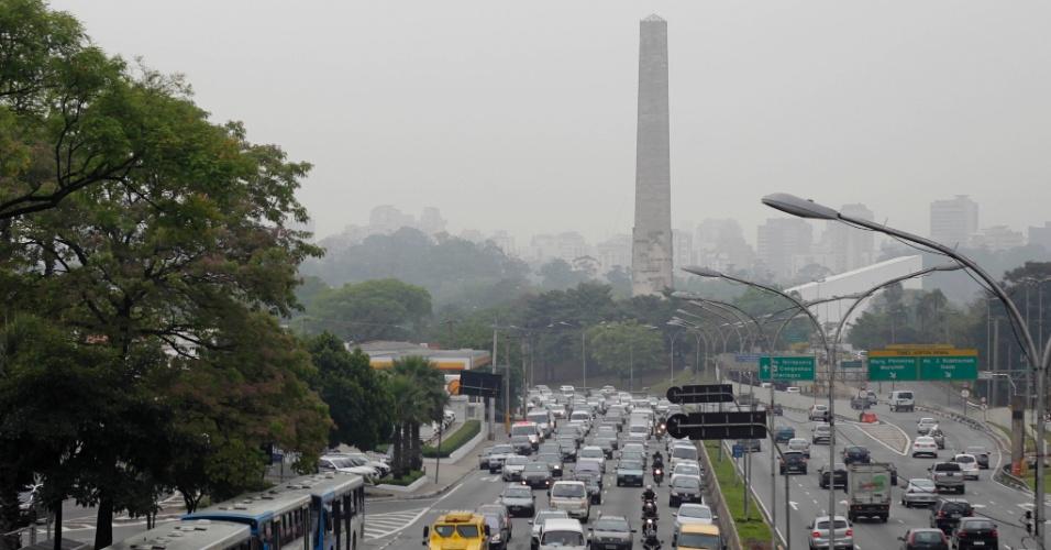 30.set.2013 - Trânsito carregado na avenida 23 de Maio, no sentido Centro, em São Paulo (SP), nesta segunda-feira (30). Pela manhã, a cidade registrou 57 km de congestionamento