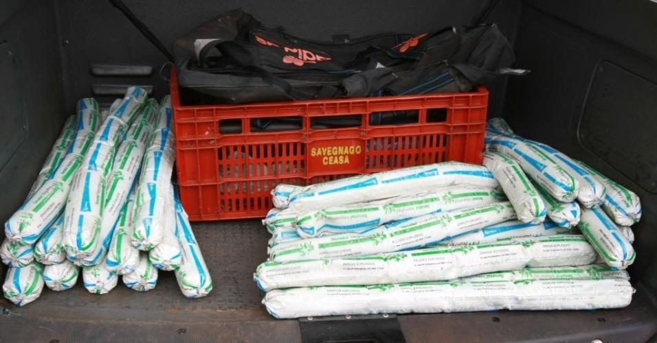 Uma bolsa com 25 bananas de dinamite foi encontrada dentro de um carro abandonado na periferia de Ribeirão Preto (a 319 km de São Paulo), nesta segunda-feira (30). A PM acredita que a dinamite seria usada para explodir caixas eletrônicos, modalidade de crime que está se popularizando no Estado